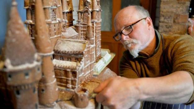 Man Creates Huge Gingerbread Hogwarts Castle - And It's Incredible