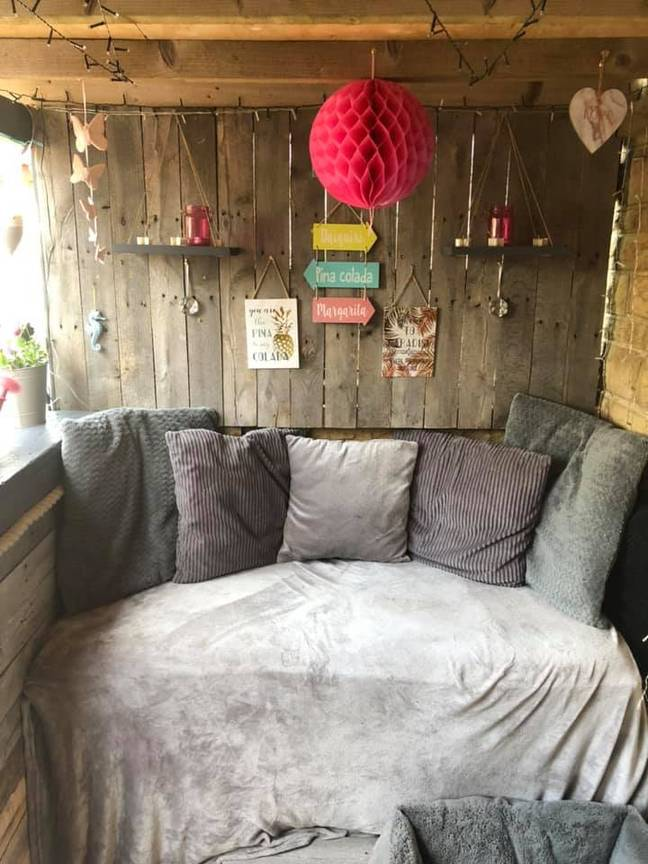 There's a comfy sofa in one corner (Credit: Jaime Lee Carter/Extreme Couponing and Bargains UK Group)