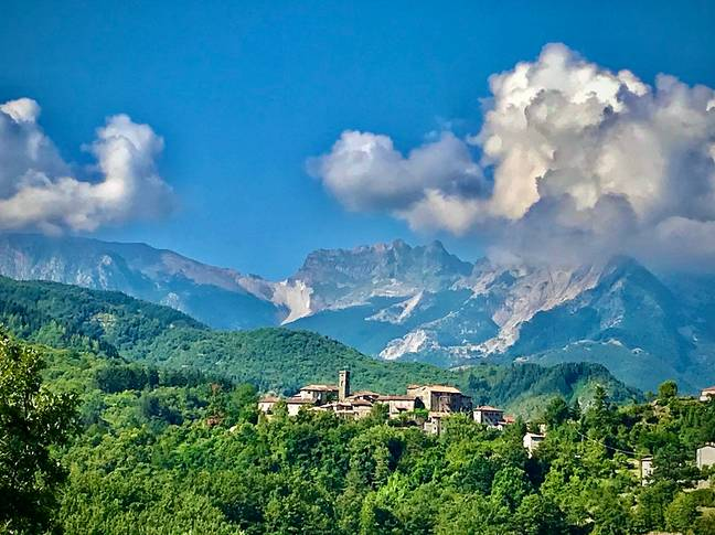 The property is surrounded by pretty hilltop villages, rolling hills and mountains.
