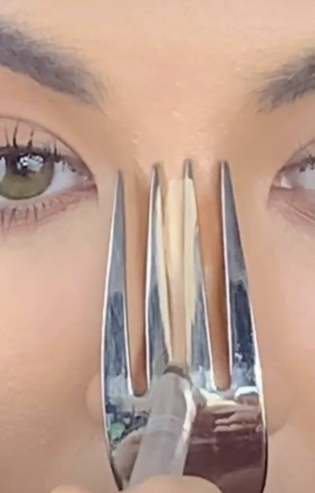 Use the concealer colour in the middle of the gap (Credit: @elliemakeupartist/ TikTok)