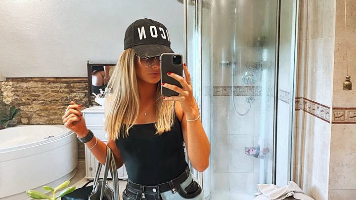 Woman Shares Selfie But Doesn't Spot Boyfriend Wiping His Bum In The Background