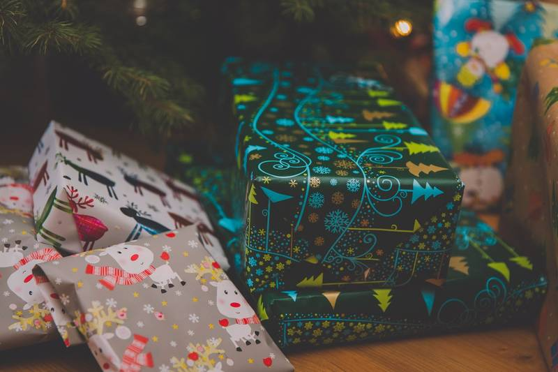 Mum Shows How You Can Wrap Christmas Gifts Without Using Any Tape