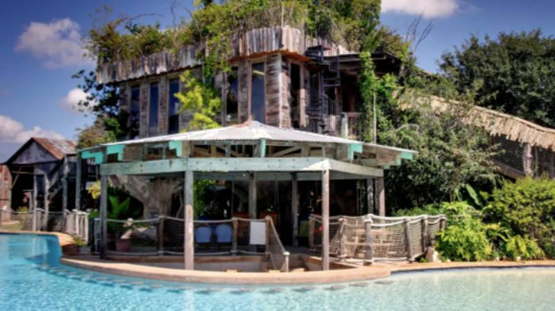 You Can Now Stay In This Incredible Treehouse Airbnb With A Swim-Up Bar